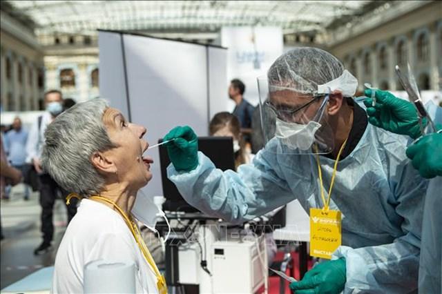 Nhân viên y tế lấy mẫu dịch xét nghiệm Covid-19 cho người dân tại Moskva, Nga, ngày 11/8/2020. Ảnh: THX/TTXVN.