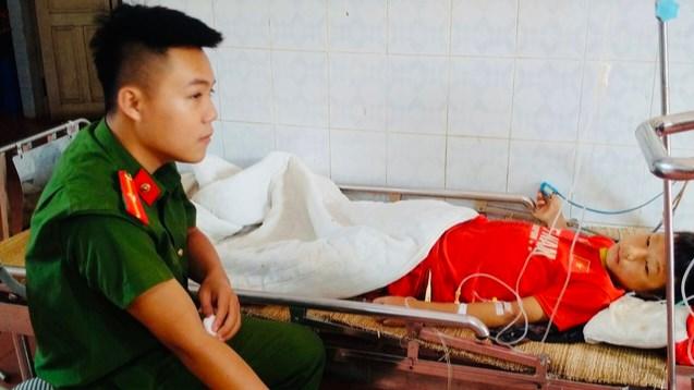 Thiếu úy Thắng đã kịp thời hiến máu giúp cứu sống bệnh nhân Dế.