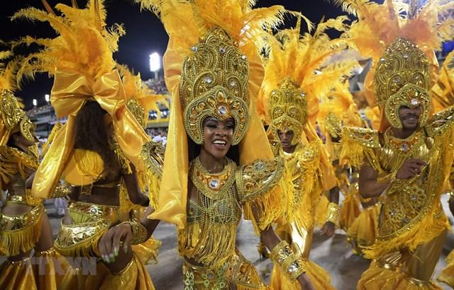Các vũ công trong Lễ hội hóa trang Carnival nổi tiếng tại thành phố Rio de Janeiro, Brazil năm 2019. (Ảnh: AFP/TTXVN).