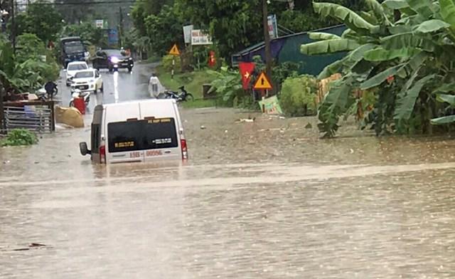 Mưa lớn khiến nhiều tuyến đường bị ngập nặng. Ảnh: Báo Phú Thọ.