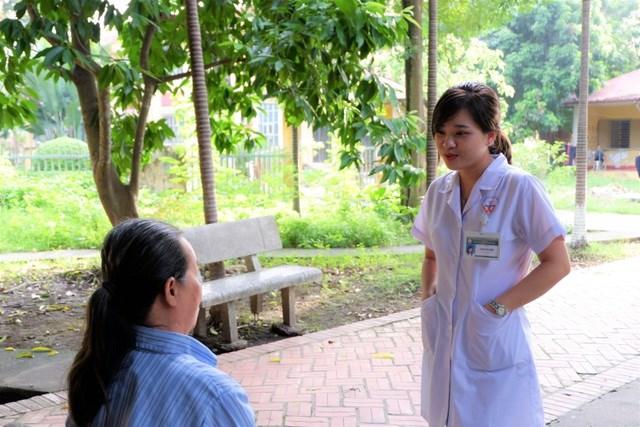 BS Phạm Bích Hạnh tư vấn cho bệnh nhân trầm cảm đang điều trị.