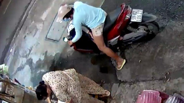 Hình ảnh từ camera ghi rõ BKS xe tay ga của người phụ nữ. Ảnh cắt từ clip.