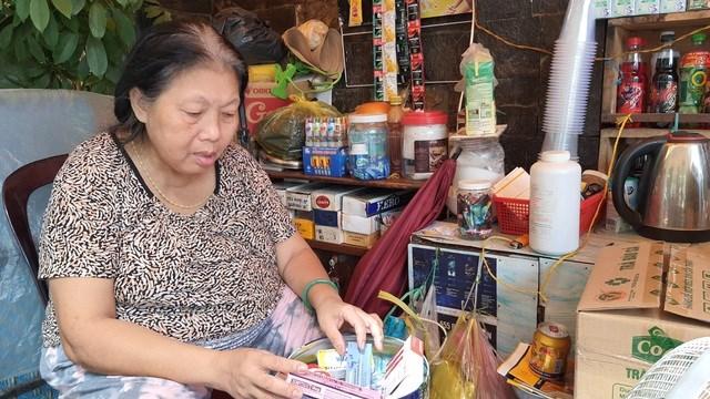 Bà Mai bán tạp hoá để có tiền mua thuốc trị bệnh tim và thấp khớp.