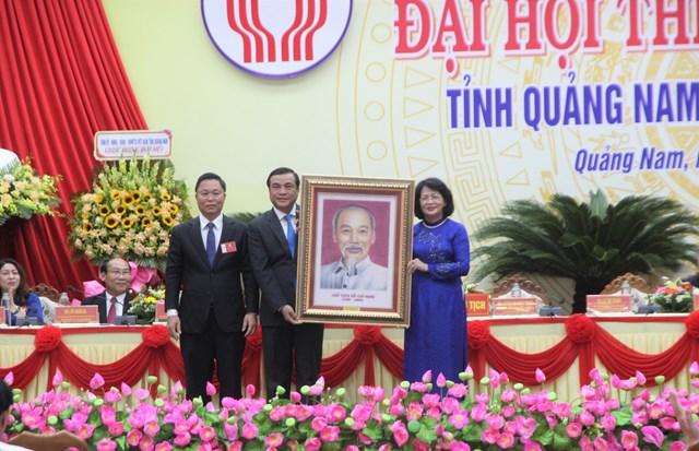 Phó Chủ tịch nước tặng bức tranh chân dung Chủ tịch Hồ Chí Minh cho Đảng bộ, nhân tỉnh Quảng Nam.