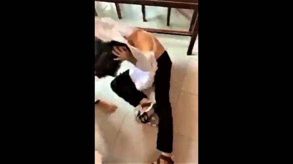 Bến Tre: Tạm đình chỉ học tập bốn nữ sinh đánh nhau tại lớp học - Ảnh 1