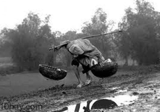 Hình ảnh những con người tần tảo mưu sinh giữa cơn mưa nặng hạt luôn để lại nhiều dư vị khó quên.