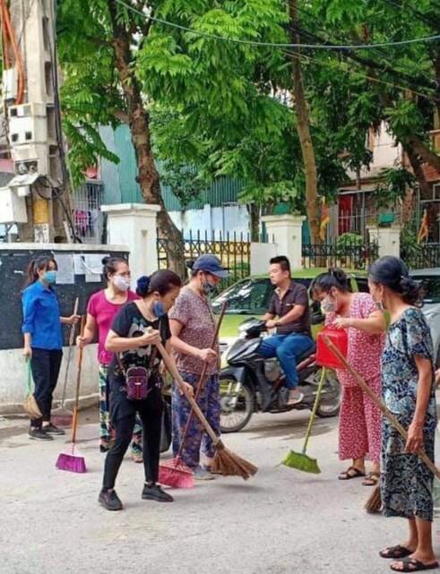 Bà con nhân dân quận Tây Hồ ra quân dọn dẹp vệ sinh môi trường, chỉnh trang ngõ phố.