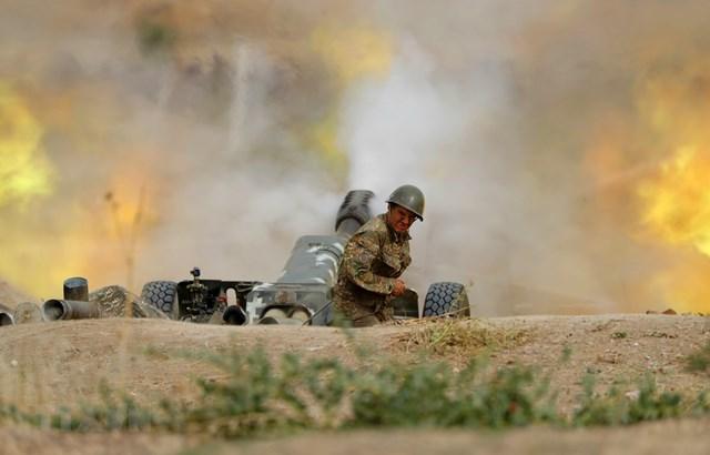 Lực lượng Armenia nã pháo về phía quân đội Azerbaijan trong cuộc giao tranh ở khu vực tranh chấp Nagorny-Karabakh ngày 28/9/2020. (Ảnh: AFP/TTXVN).