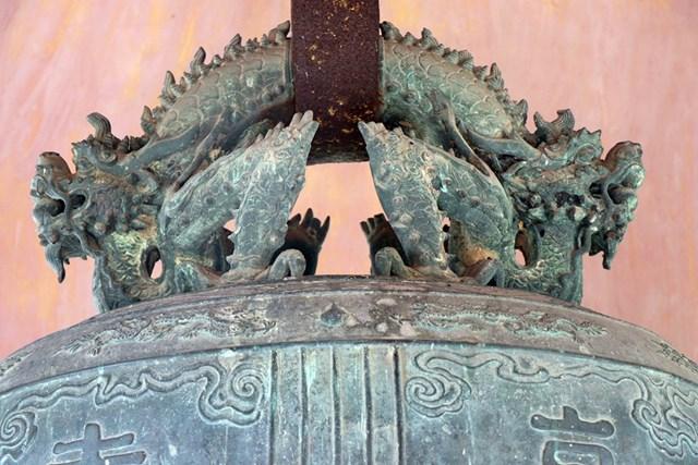 Họa tiết hoa văn trên quả chuông Đại Hồng Chung được công nhận là Bảo vật quốc gia năm 2013. (Ảnh: Đỗ Trưởng/TTXVN).