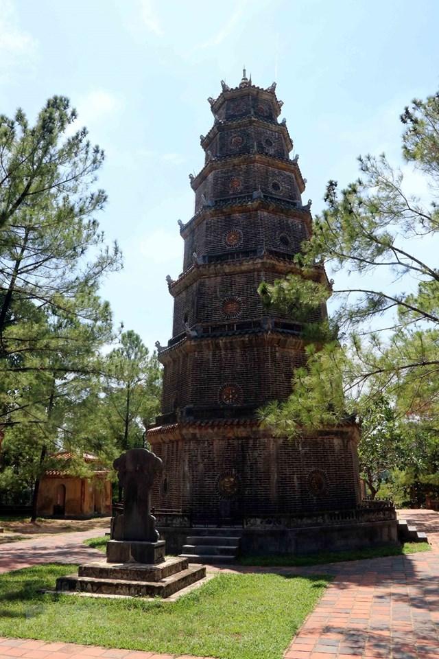 Tháp Phước Duyên nằm giữa hai lầu lục giác nơi đặt 2 Bảo vật quốc gia tại chùa Thiên Mụ. (Ảnh: Đỗ Trưởng/TTXVN).