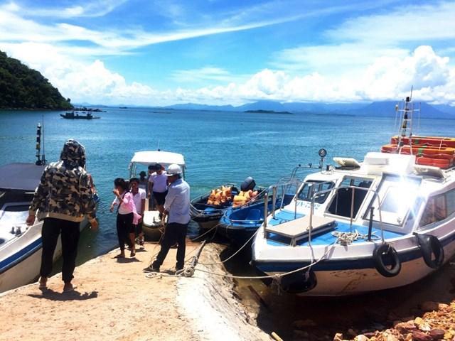 Người dân tham gia hoạt động du lịch sinh thái trên đảo Cái Chiên, huyện Hải Hà, tỉnh Quảng Ninh.
