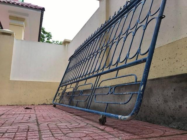 Chiếc cổng đổ sập đã làm cho một học sinh bị thương phải đưa vào viện băng bó.
