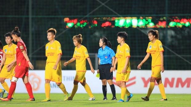 Hành vi rời sân không thi đấu khiến HLV trưởng và đội trưởng CLB bóng đá nữ Phong Phú Hà Nam phải nhận án phạt nặng.