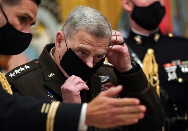 Chủ tịch Hội đồng Tham mưu trưởng Liên quân Mỹ Mark Milley đeo khẩu trang sau cuộc họp tại Nhà Trắng hôm 11/9. (Ảnh: Reuters).