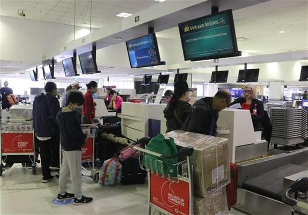Các công dân Việt Nam làm thủ tục lên máy bay tại Sân bay quốc tế Sydney, Australia. (Ảnh: PV TTXVN tại Sydney).