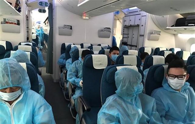 Các công dân Việt Nam trên máy bay tại Sân bay quốc tế Sydney. (Ảnh: PV TTXVN tại Sydney).