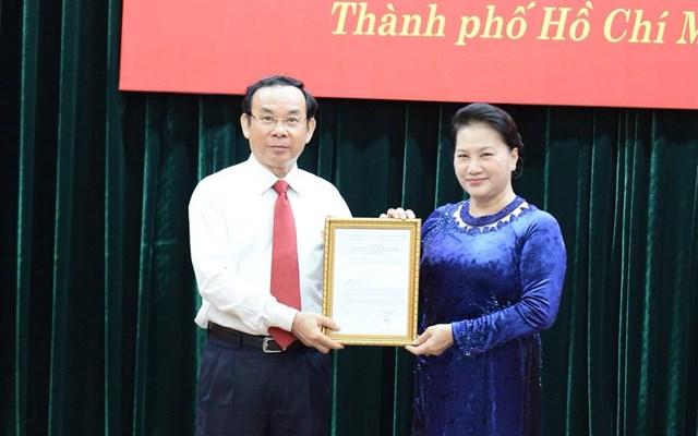 Chủ tịch Quốc hội Nguyễn Thị Kim Ngân đã trao quyết định của Bộ Chính trị cho ông Nguyễn Văn Nên. Ảnh: TTO.