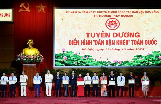 Chủ tịch UBTƯ MTTQ Việt Nam Trần Thanh Mẫn tặng Bằng khen cho các điển hình tiêu biểu.