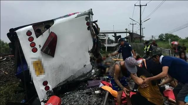 Hình ảnh từ hiện trường vụ tai nạn cho thấy xe buýt bị lật ngang với phần đầu bị xé toạc. Các nhân viên cứu hộ cho biết phải sử dụng cần cẩu để nhấc phần đầu xe lên.