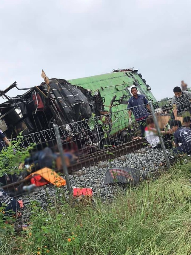 Cảnh sát cho biết khoảng 60 hành khách trên xe buýt gặp nạn khi đang trên đường tới một ngôi đền ở tỉnh Chachoengsao để tham dự buổi lễ đánh dấu kết thúc mùa chay.