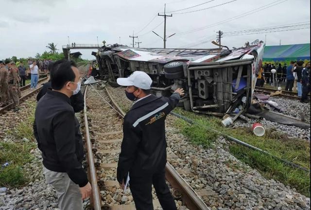 Các thi thể nằm trên đường ray, trong khi đồ đạc của nạn nhân nằm rải rác tại hiện trường vụ tai nạn.