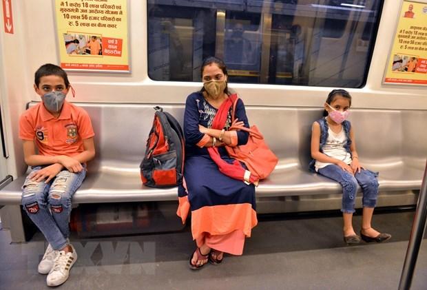 Người dân đeo khẩu trang phòng lây nhiễm Covid-19 khi đi tàu điện ngầm tại New Delhi, Ấn Độ, ngày 7/9/2020. (Ảnh: THX/TTXVN).