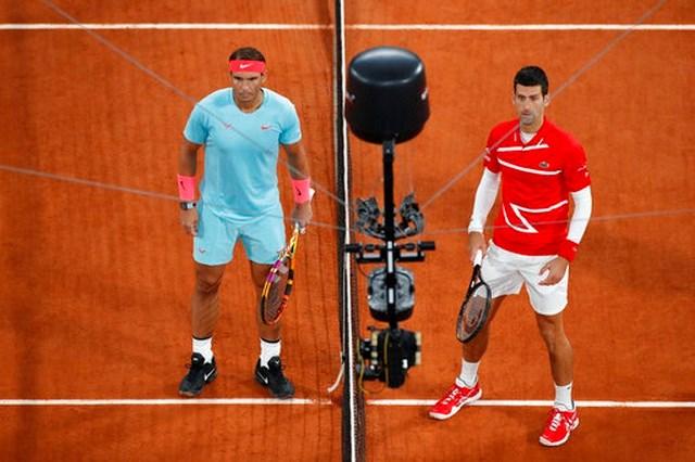 Nadal (trái) và Djokovic (phải) thi đấu chung kết Roland Garros 2020.