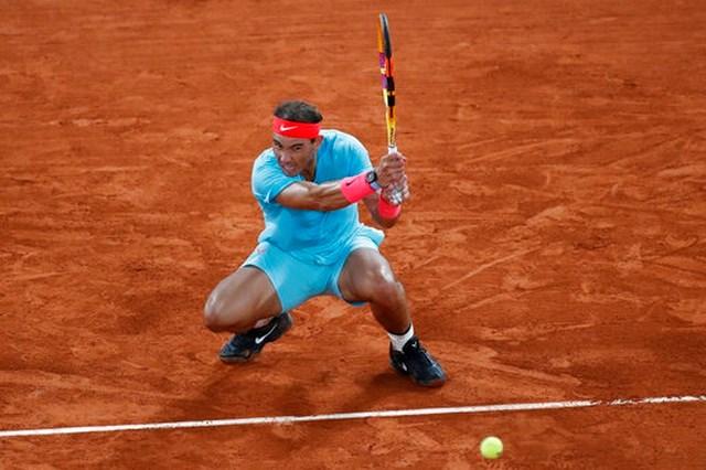 Một cú đánh hạ trọng tâm sở trường của Nadal.