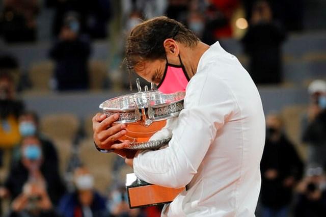 Khoảnh khắc hạnh phúc của Nadal với chiếc cúp vô địch Roland Garros 2020.