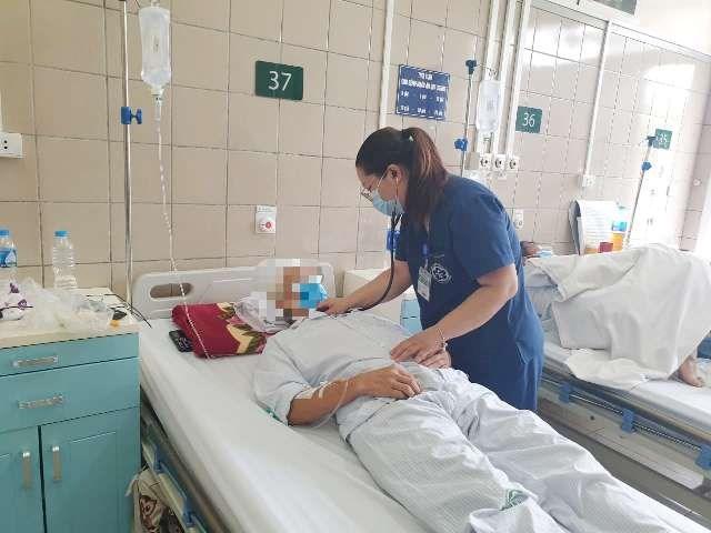 Bác sĩ thăm khám cho bệnh nhân tại Trung tâm Chống độc.