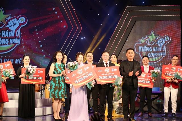 ThS.NSND Tạ Minh Tâm - Phó Giám đốc Nhạc viện TP.HCM và đại diện Tổng Công ty Khí Việt Nam  – CTCP (PV GAS) trao thưởng cho thí sinh giành giải Nhì.