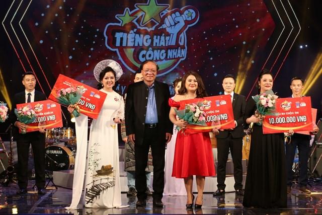NSND Phạm Ngọc Khôi – Phó Chủ tịch Hội Nhạc sĩ Việt Nam trao giải cho các thí sinh đoạt giải Ba.