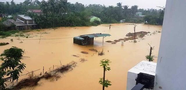 Hình ảnh nước lũ ngập cao ở miền Trung khiến ai nhìn thấy cũng nhói lòng. Ảnh: Đại Dương..