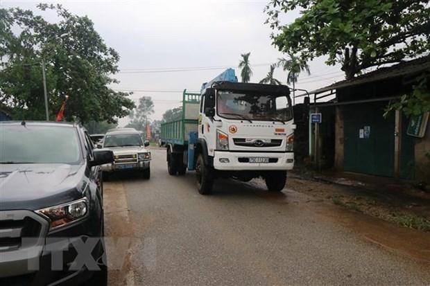 Lực lượng chức năng trên đường vào khu vực sạt lở của Thủy điện Rào Trăng 3. (Ảnh: Đỗ Văn Trưởng/TTXVN).
