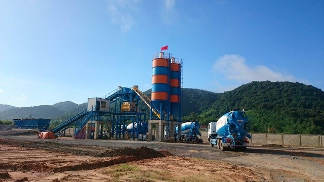 Hoạt động của trạm trộn bê tông thương phẩm của Công ty CP bê tông Phủ Quỳ bị đình chỉ hoạt động 6 tháng (Ảnh: T.T).