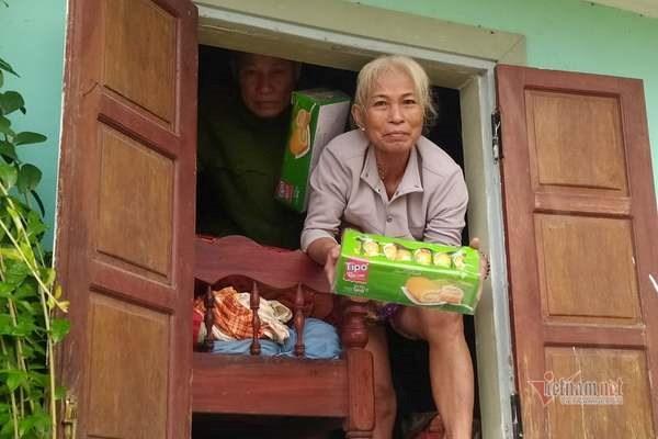 Hai ông bà già ở xã Hải Định nhận bánh từ cô Yến sáng 12/10.