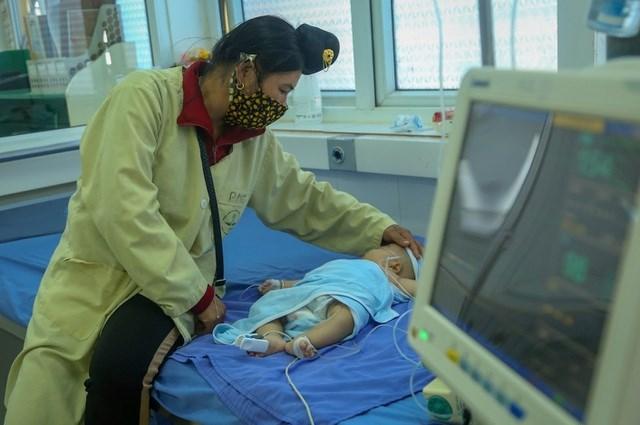 Một trường hợp đang được điều trị tại Bệnh viện Đa khoa Sơn La sau khi được tiêm phòng vaccine 5 trong 1. Ảnh: CTV.