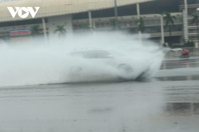 Do mưa lớn kéo dài từ sáng nên đến chiều cùng ngày nhiều tuyến phố của Hà Nội bắt đầu xuất hiện ngập nhẹ như đường Lê Quang Đạo, Hà Nội.