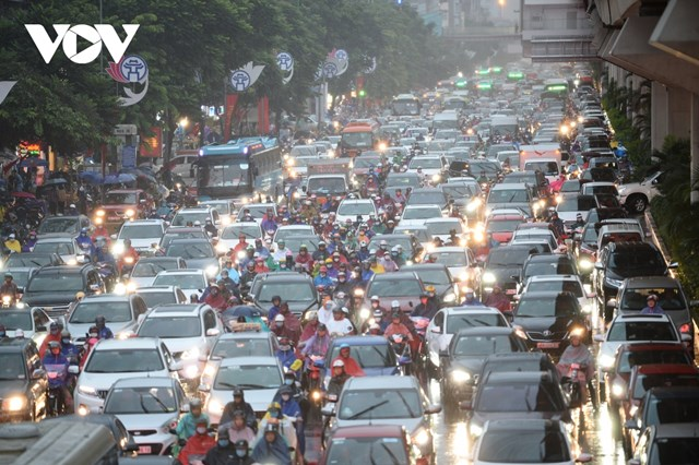 Tại các tuyến phố lớn dòng người và phương tiện chen chúc nhau khiến giao thông ùn tắc như nêm.