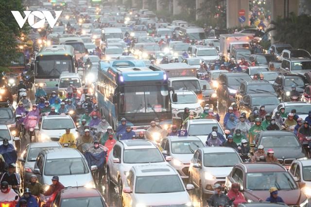 Ghi nhận của phóng viên, từ khoảng 16h chiều 14/10, tại một loạt các tuyến phố, trục đường chính như Nguyễn Trãi - Tây Sơn, Láng - Trường Chinh, Nguyễn Chí Thanh - Trần Duy Hưng,... xảy ra ách tắc kéo dài.