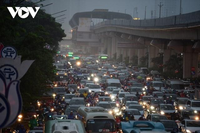 Do ảnh hưởng của bão số 7, thời tiết Hà Nội xảy ra mưa lớn khiến nhiều tuyến phố lớn nhỏ của Thủ đô Hà Nội vốn đã ùn tắc vào giờ cao điểm lại càng thêm tắc nghẽn.