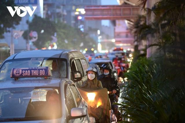 [ẢNH] Đường phố Thủ đô Hà Nội 'tắc như nêm' vào giờ tan tầm - Ảnh 5