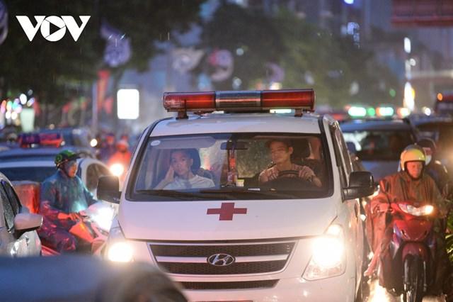 [ẢNH] Đường phố Thủ đô Hà Nội 'tắc như nêm' vào giờ tan tầm - Ảnh 3