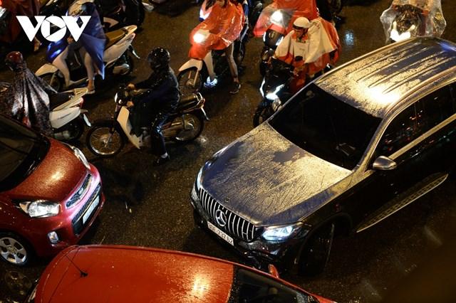 Khi áp lực giao thông quá lớn khiến nhiều chủ phương tiện bất tuân quy định giao thông tại các nút giao.