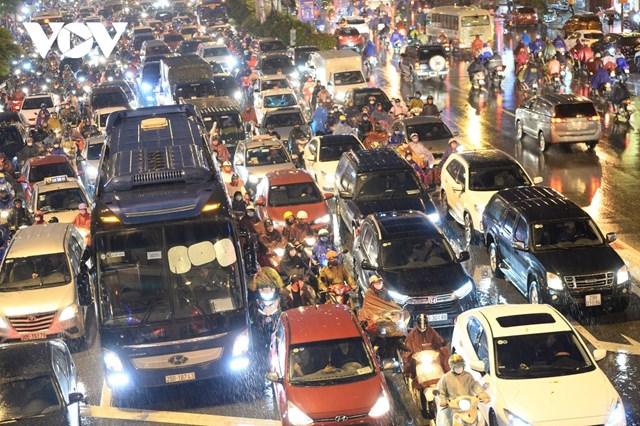[ẢNH] Đường phố Thủ đô Hà Nội 'tắc như nêm' vào giờ tan tầm - Ảnh 4