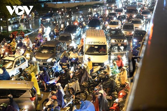 [ẢNH] Đường phố Thủ đô Hà Nội 'tắc như nêm' vào giờ tan tầm - Ảnh 6