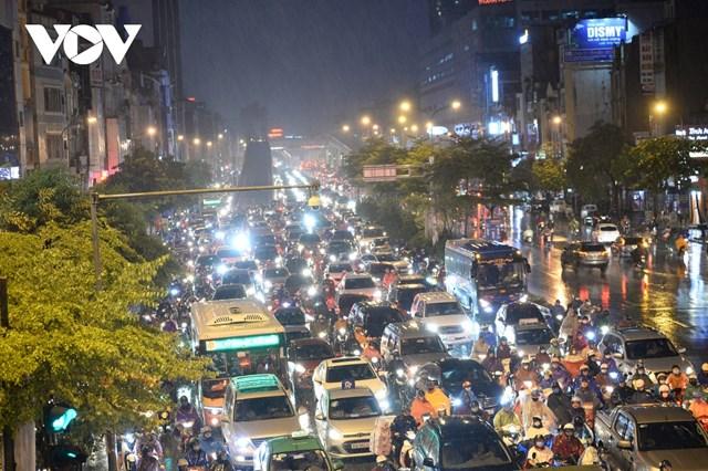 Tại khu vực đường Trường Chinh hướng tới Ngã Tư Sở ùn tắc kéo dài nhiều giờ do mưa lạnh vào giờ tan tầm.