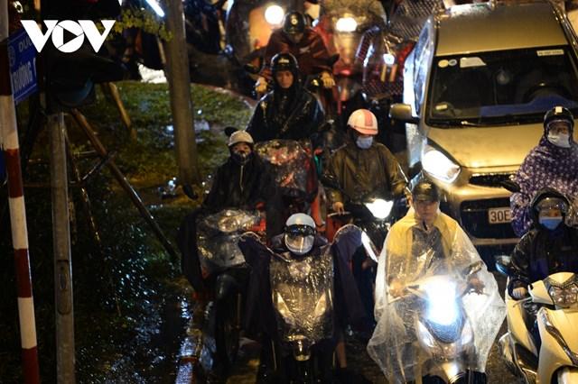 Tình trạng ách tắc quá lâu, cộng thêm mưa lạnh khiến nhiều người cảm thấy mệt mỏi khi nhích từng cm một qua khu vực tắc hay phải dừng đèn đỏ quá lâu không có lối thoát.