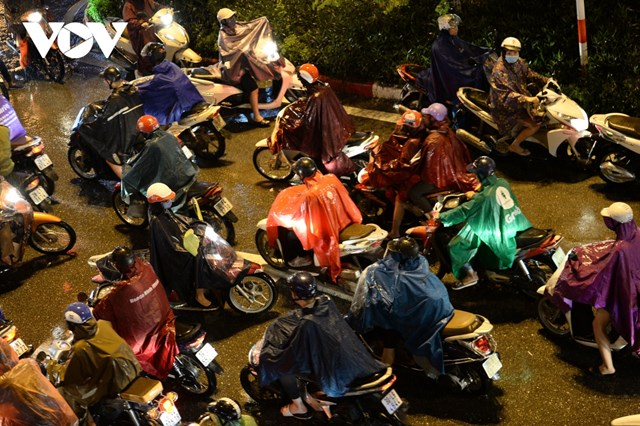 [ẢNH] Đường phố Thủ đô Hà Nội 'tắc như nêm' vào giờ tan tầm - Ảnh 1