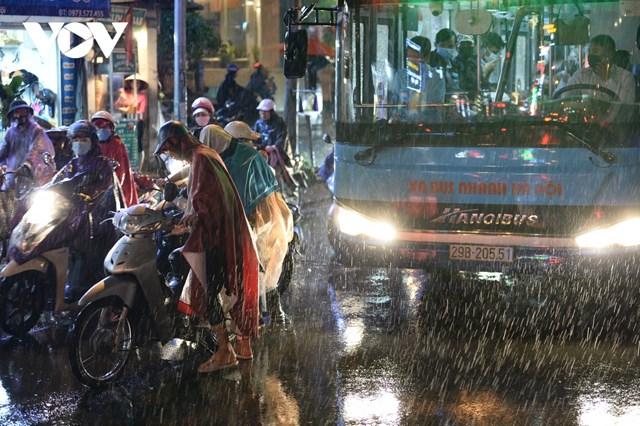 Mưa lớn kèm ùn tắc khiến các phương tiện va quệt với nhau tại đường Tây Sơn khiến giao thông càng thêm ùn tắc.